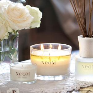Chaque bougie Neom est 100% naturelle en cire végétale et parfumée aux huiles essentielles